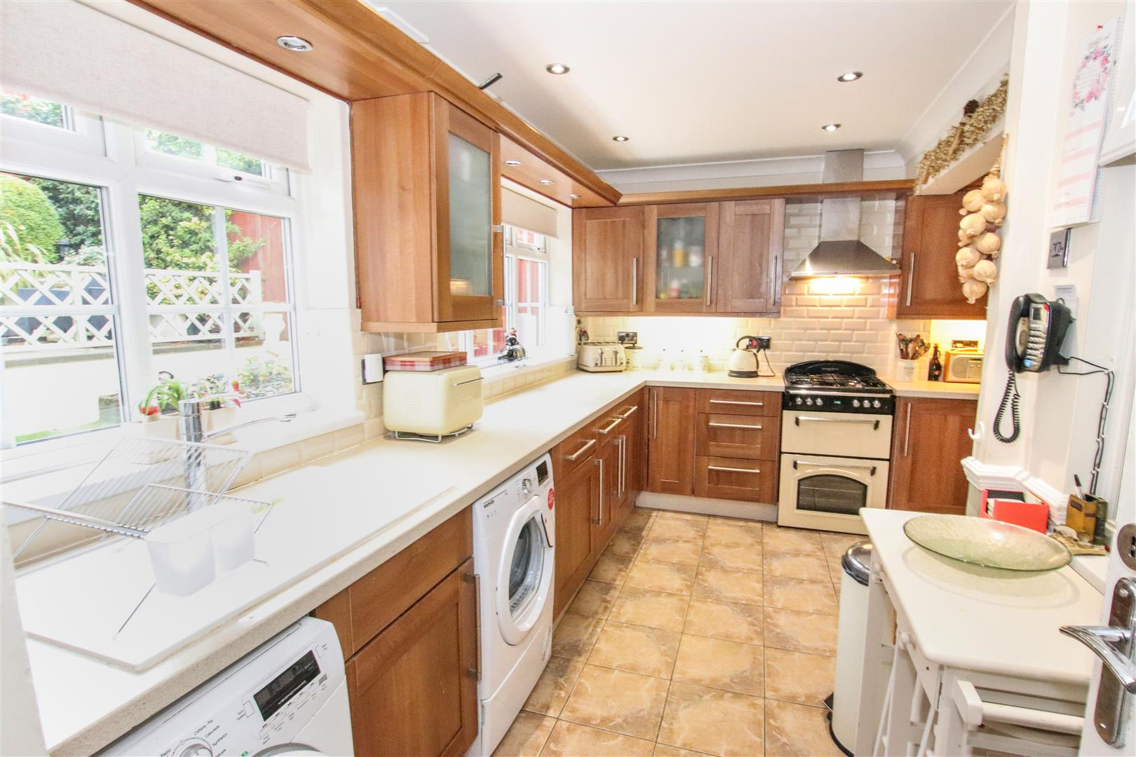 L  SHAPED FITTED KITCHEN / BREAKFAST ROOM